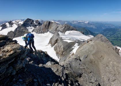 Quasi in vetta con la cresta di salita, l'anticima ed il ghiacciaio
