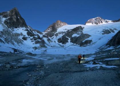 Alba sul Tiefengletscher con il sole che illumina la nostra meta