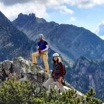 Io e Peppo ci apprestiamo a combattere i pini mughi sulla cresta sommitale.